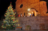 Weihnachtsbaum vor der evangelischen Kirche in Wilnsdorf. Foto: Frank Manderbach